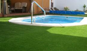 Kunstgras bij het zwembad