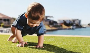 Kunstgras voor spelende kinderen